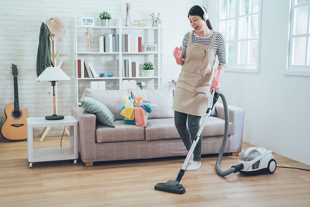 Sử dụng máy hút bụi để vệ sinh sàn nhựa có khả thi?